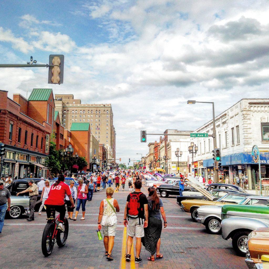 sidewalk_days_downtown_duluth_car_show_yahya